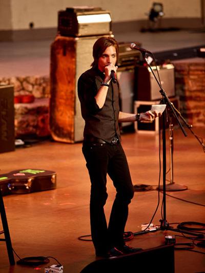 Алекс исполняет песню