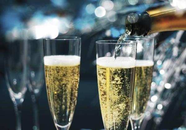 Розлив из бутылки шампанского