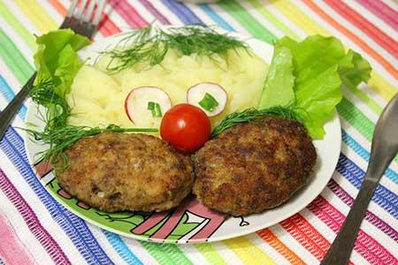 Тарелка с котлетой и картофельным пюре в форме лица.