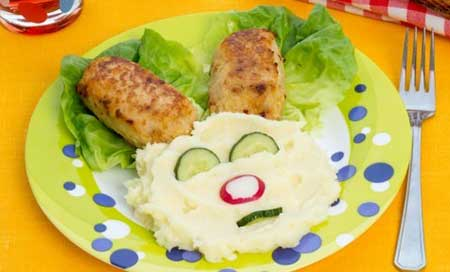 Детское меню – зайчик из картофельного пюре и котлеток.